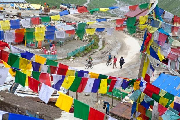 Prayer flags at Marhi, on the climb to Rohtang La